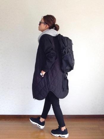 黒いスキニーパンツにグレーのパーカーのスポーティーなファッションには、ナイキのスニーカーがよく合います。足首をちらりと見せて軽やかに♪