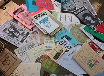 ZINE(ジン)とは、自分で作った文や絵、写真などを印刷してホチキスなどで留めた小冊子のこと。自分の想いのままに、好きなものを綴っていくというものです。