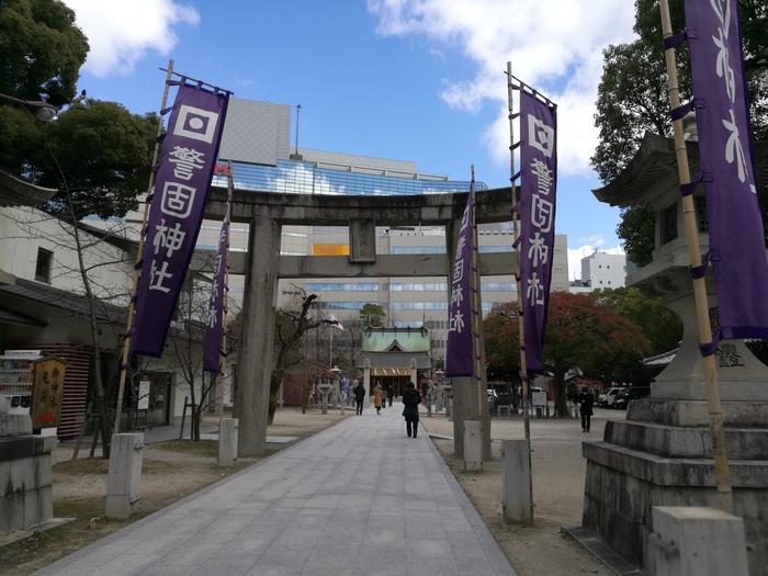 天神駅のすぐそばにあり、都市部の中心に所在する「警固神社」。周囲は商業施設や飲食店が立ち並びますが、警固神社内に入ると静かなので、散策スポットとして多くの人が訪れています。福岡の中でも歴史あり神社で、勝利や防衛の神様を祀っていることから、厄除け効果がある神社として親しまれています。