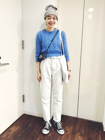 定番の真っ白パンツは、ブルーのケーブル編みニットを合わせてフレッシュにスタイリング。キャンバススニーカーやニット帽でトムボーイな要素も。