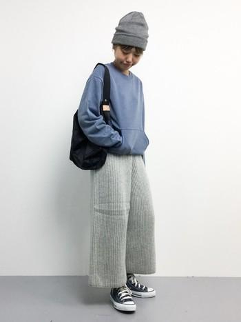 ラフなニットパンツも、ブルーのプルオーバーとなら清潔感のある印象に。仕上げは着こなしが締まるブラックのバッグ&スニーカーを投入。