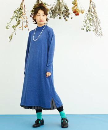 ブルーのニットワンピースからプリーツスカートをちら見せ。そんな手の込んだレイヤードスタイルは、ターコイズブルーのソックスで色使いにも捻りを効かせて。