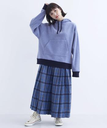 パーカーとチェック柄スカートのスポーティーなトラッドルック。ブルーを基調にすることで、テイストMIXスタイルもまとまりよく仕上がります。