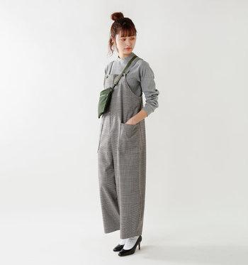 バッグはクロスタイプでカジュアルに、足元はソックス&パンプスで女性らしく。雰囲気の異なる脇役を配し、着こなしを自分らしく演出。