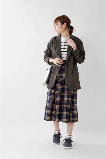ジャケット×チェック柄スカートの優等生スタイル。そのままだとちょっと物足りないから、ライン入りソックスとスニーカーでアクティブな要素をプラス。