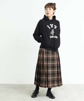 シックなプリーツスカートをパーカーで少年っぽくスタイリング。イメージの異なるアイテムは、色のトーンを揃えることで統一感を出して。