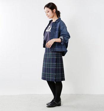 大きなロゴ入りTシャツとデニムジャケットでカジュアルダウン。それぞれスカートの濃紺とリンクしているので、きちんとまとまりのある着こなしになっています。