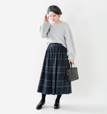 ざっくり感のあるビッグニットもフロントインするのが今年流。見慣れたスカートルックが、鮮度の高い着こなしに変身。