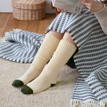 お家用のソックスは、ニットや起毛素材など保温力のあるものにチェンジ。薄手のものしかない場合は、2枚3枚と重ね履きするのもおすすめです。
