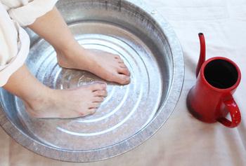 """「時間なくて湯舟につかれない…」そんな日は桶にお湯をはり、""""即席足湯""""を実践。足元が温まるだけで、全身の力が抜けて気持ちもホッとほぐれます。"""