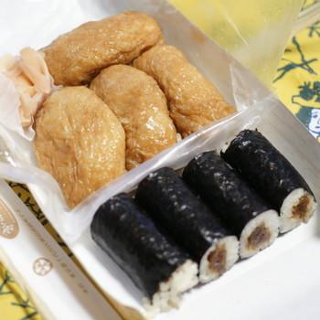 1905年創業の神田志乃多寿司は、稲荷寿司とかんぴょう巻きが名物の老舗店。稲荷寿司のシャリはレンコンがアクセントに。ボリュームがあって食べ応え大満足!