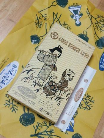 包装紙は画家の鈴木信太郎によるレトロなデザイン。箱には谷内六郎さんの情緒ある絵が描かれています。優しく和めるこのパッケージも人気です。