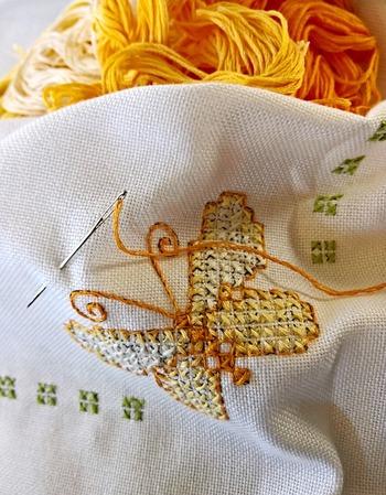 初心者さんはまずは小さい刺繍にチャレンジしてみましょう。仕上がったら、ぜひ上質な額に入れてお部屋のとっておきの場所に飾ってみましょう。まるで刺繍作家さんの作品のように見えますよ。