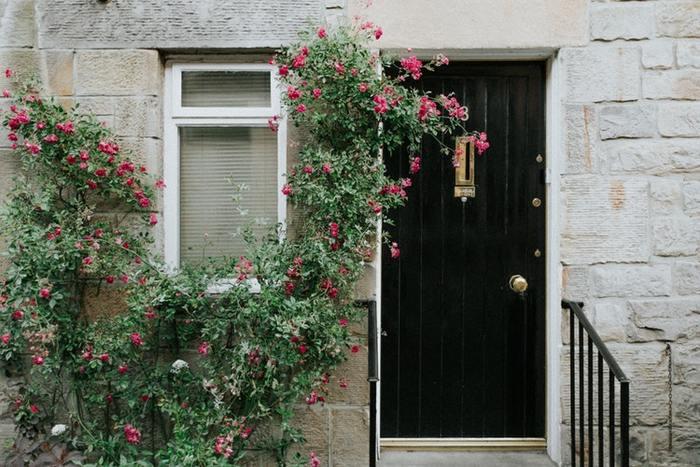おうちの間取りや、どんな人が住んでいて、どんな暮らしをしているかで、玄関インテリアも変わってくるもの。「楽しい気分になること」や「暮らしやすさ」を大切にしつつ、風水をさりげなく取り入れて、自分らしい快適な玄関インテリアを作ってくださいね。