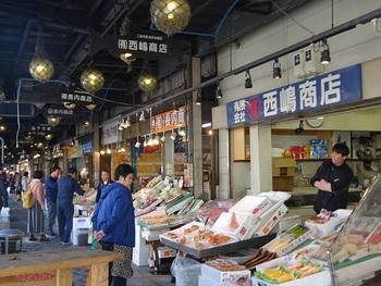 「札幌で、新鮮な北海道の海の幸を、思いきり頬張りたい!」そんな方の期待に応えてくれるのが、大通駅から5~10分ほど歩いたところにある「二条市場」です。  明治初期の開設から一世紀以上の時間が流れた現在も、札幌市民の台所として健在。カニやホタテなど、北海道らしい海の幸が揃う魚屋が集まっていて、店頭で、生牡蠣や焼き牡蠣、生海老など、一コずつから提供してくれるお店も。食べ歩きにぴったりですね。