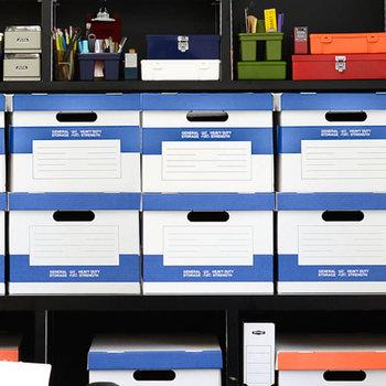 コミック本など、「永久保存版、でも収納場所が…」というものは、ボックスに収めてクローゼットへ。箱にタイトルなどを書いておけばあとから探しやすいですね。こちらのボックスは3色展開なので、家族ごとで色分けしてもいいかも。