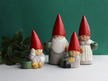 サンタクロースの家族をモチーフにしたキャンドルホルダーです。赤い三角帽子がキュートで、そのまま置いてもインテリアとして楽しめそうです。