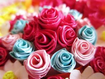 本物のバラのような、ころんとしたシルエットが可愛いバラのブーケは、紙で作られているので枯れる心配がないのも嬉しいですね。