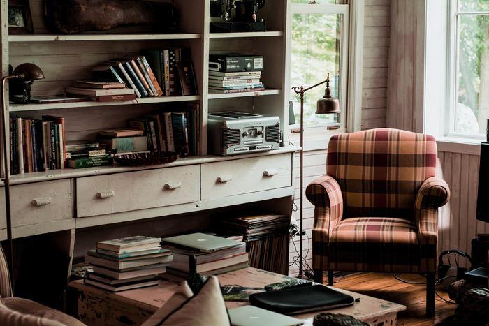 古めかしい家具のあるお部屋に、大柄なブリティッシュチェックのソファがいいアクセントになっています。
