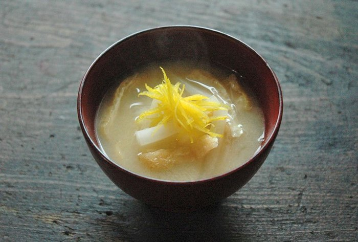 大根のみそ汁は定番のひとつですが、柚子を加えるとまた違う風味で楽しめますよ。お正月の料理に添えるのも良いですね。