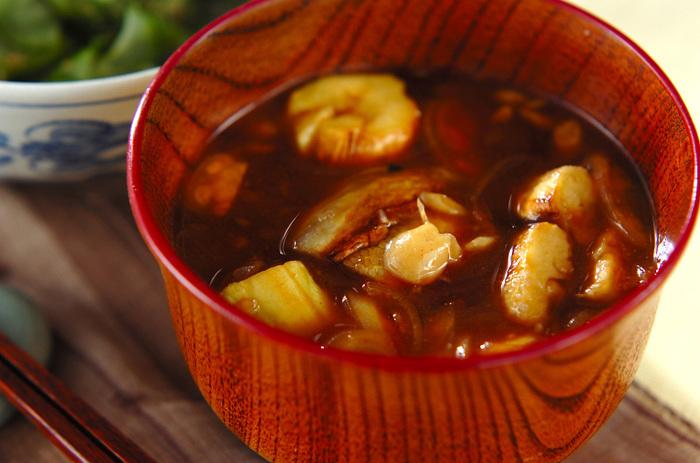 こちらは、さっぱりとした「赤味噌」を使ったみそ汁です。濃い味噌の色とナスの色のコントラストもキレイですね。ナスは焼いてから皮を剥くところがポイント。練りからしを添えたユニークなみそ汁です。