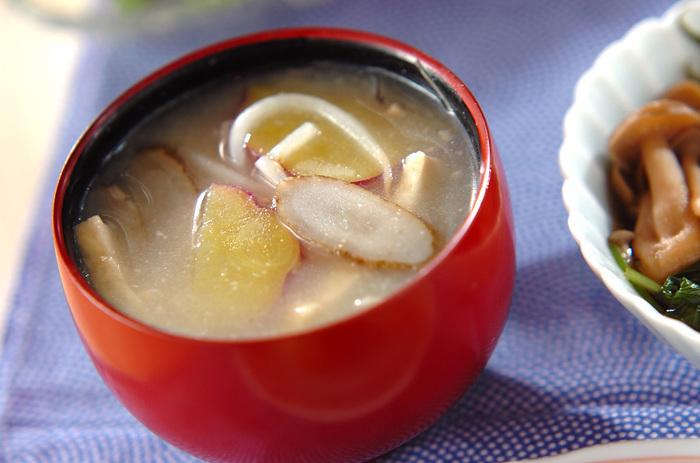 さつまいもの甘みもおいしいみそ汁。味噌には「麦味噌」を使用しています。麦味噌にも甘口と辛口がありますので、お好みの味わいを合わせてみてください♪