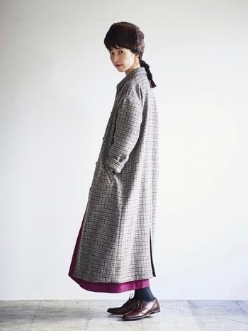 ゆったりとしたロングコートは、ロングワンピースとの相性も◎チェックコートの裾からワンピースの裾を覗かせて、差し色コーデを楽しんで。