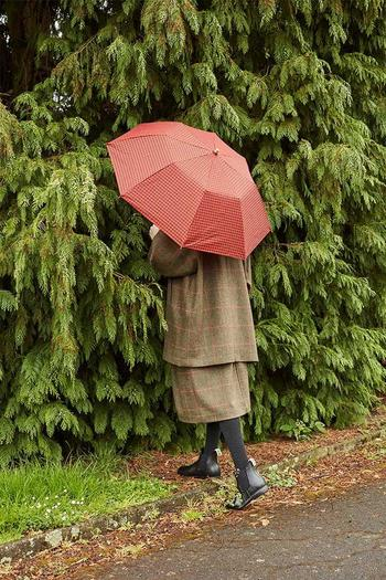 """おしゃれなデザインと機能性を兼ね備えた傘やレインコート、レインブーツも展開しています。""""Weatherwear""""というネーミングに繋がる素敵なレイングッズが充実しているのも大きな特徴です。"""