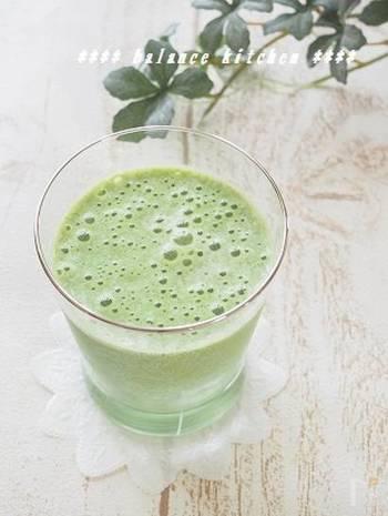 グリーンスムージーの定番は、小松菜やほうれん草に、バナナやりんごを組み合わせるもの。フルーツを入れれば、甘みもあって飲みやすいので◎