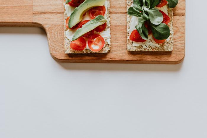 ダイエットで気になるのが『効果』ですよね。食事を置き換えることによって、食事量や脂質、糖質を減らせるので、一時的に減量効果はあると考えられています。ただし、どんなものを食べるか、また筋肉量が減らないように気をつけないと代謝が落ちてしまいリバウンドすることも。最も効果が見込める、プロテインドリンクに置き換えるのも注意が必要です。