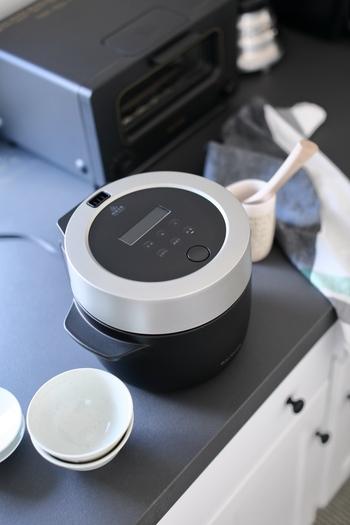 従来の炊飯器とはまったく違うテイストのこちらの炊飯器もバルミューダのものです。デザイン性が非常に高いので、ダイニングテーブルにおいて、その場でご飯をよそいたくなってしまいます。