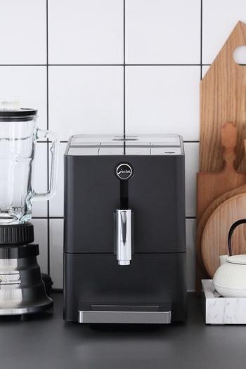 こちらのスタイリッシュなデザインのコーヒーメーカーはスイスのブランドのもの。必要なものだけで構成された美しさに心が奪われてしまいます。