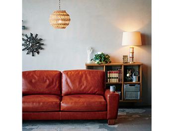 味わい深い革のソファを置いて、壁や天井に同じようなテイストの照明や時計を飾るだけで一気にヴィンテージライクなお部屋にすることができます。