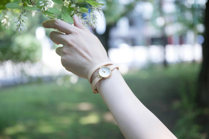 結婚式と披露宴では、スマホを開くことがマナー違反になるシーンも。時間の確認をするだけなら、時計をつけておくとスマホを開かなくて済みますよね。