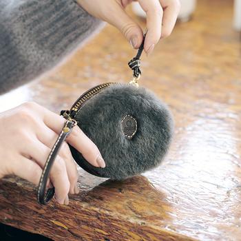 結婚式のコーデにクラッチバッグなど小さめのバッグを合わせる方は、いつもの財布が入るかどうか確認を。小さめバッグにもすっぽり入るサイズの財布を準備しておけば安心ですよ。