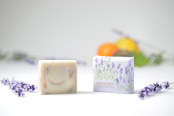 自然素材と製法にこだわった手作り石鹸の工房『Savon de Siesta/サボン デ シエスタ』。8種類の定番石鹸*のほか、月替わりの限定石鹸が登場します。すぐに完売してしまうので、好みのものを見つけたら即入手!がおすすめ。石鹸、バスソルト、ボディオイルを同じ香りで揃えることができるのも魅力です。(写真は限定石鹸) *2018年12月現在。2019年4月1日より6種類にリニューアル予定。