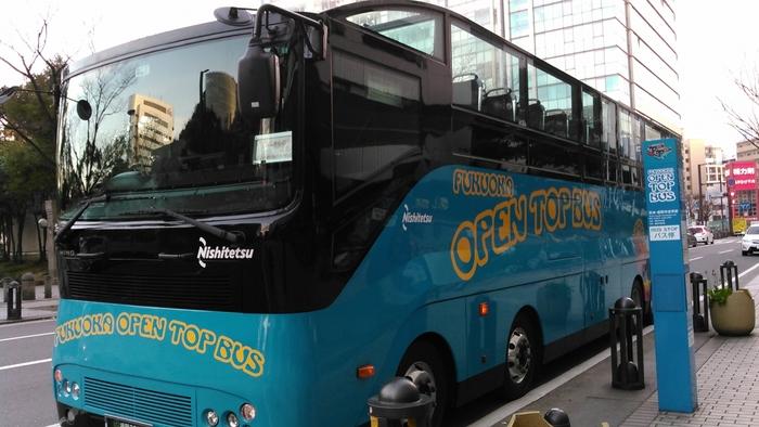 福岡市の主要な観光名所をまわる「福岡オープントップバス」。屋根のない2階建てのバスで、福岡市内のおすすめスポットを周遊できます。リーズナブルな価格で観光スポットを巡れるのは嬉しいですね。