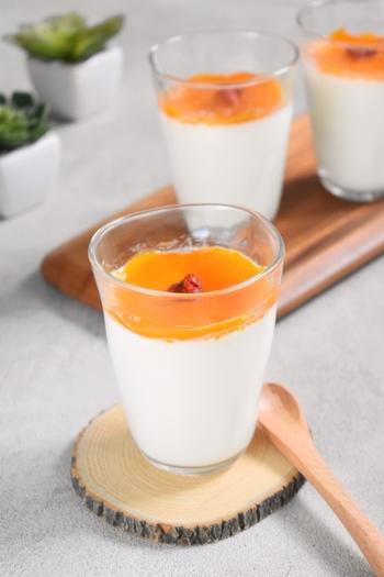 おなじみの杏仁豆腐は、あんずの種の中にある杏仁(きょうにん)を粉末にした杏仁霜を使って作ります。同じあんずのジャムをトッピングすれば、相性も抜群。色のコントラストも鮮やかで素敵なデザートになります。