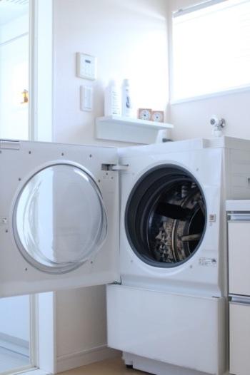 こちらの洗濯機は扉が横に開くので、真下にバスケットを置いて作業することができます。生活家電を考えるとき、デザイン性はもちろんのこと、自分の動きもしっかりとイメージしておくというのが大切です。