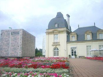 """厳密に「トワル・ド・ジュイ」の意味を紐解いてみましょう。  「トワル・ド・ジュイ」は、フランス語で「Toile de Jouy」。Toileが""""布地""""の意で、Jouyは「ジュイ=アン=ジョザス(Jouy-en-Josas)」という、フランス・パリ近郊の、ヴェルサイユの隣町の名前です。訳すと""""ジュイ(町)の工場で作られた布""""という意味。"""