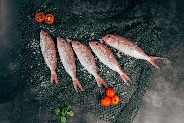野菜同様、魚介類も塩をふりかけることで、魚の身が引き締まり、余分な水分を外に出してくれます。このときに、魚独特の臭みの生成がとれるといわれていますよ。また、牡蠣などは、殻を取り外した後に塩もみすると、臭みと一緒に小さな殻も取り除いてくれますね。