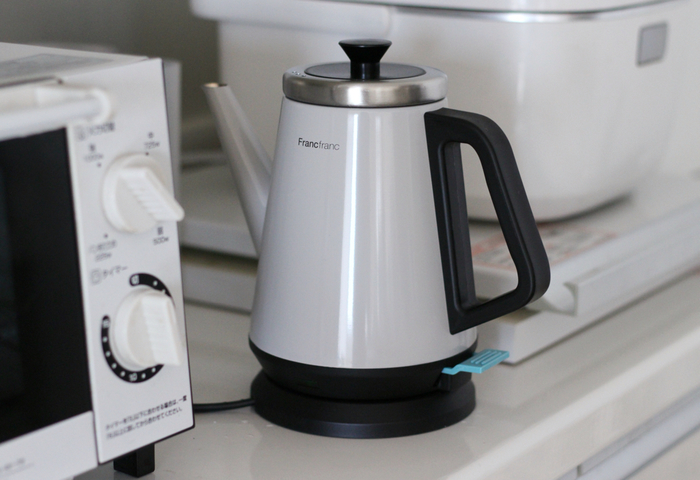 すこしの量のお湯を沸かすには、やっぱり電気ケトルが早くて安全。ステンレスが使われていると、まわりの家電との馴染みもよくなります。