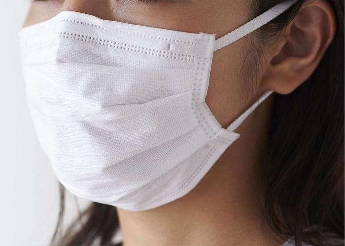 年末になるとイベントが増えるために人の動きが大きくなります。人混みに入る時や自宅とは違う生活環境で過ごす時、マスクを忘れないようにしましょう。風邪の症状が出ている時は他の人に感染を広げないという目的もありますが、口の周りの湿度が上がるので乾燥を好む病原菌への対策にもなります。