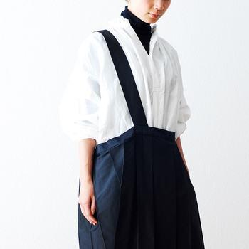 パリッとした白シャツに黒タートルを合わせた清潔感あふれるスタイル。テクニックいらずで、おしゃれな着こなしが叶う抜群の組み合わせです。