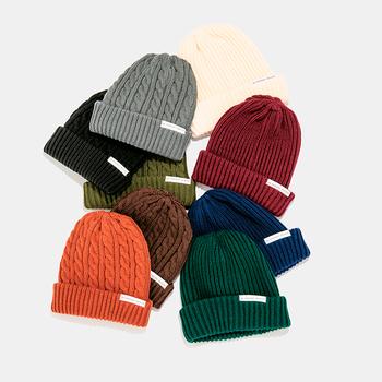 ニット帽も、冬のおしゃれのアクセントになるアイテム。 同じく『EIGHT BEES』から、リブ編みとケーブル編みの2型で、それぞれ9色の全18種類展開されています。タグがワンポイントになったシンプルなデザインは、ユニセックスで着用可能。リーズナブルな価格なので、ギフトと自分用を色違いで揃えたり、ダークカラーとブライトカラーをセットで贈ったり。他のギフトにプラスするのも良いかもしれませんね。