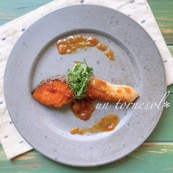 アプリコットジャムを使って、照り焼き風ムニエルで楽しむ鮭料理。彩りもきれいで、おしゃれなディナーにもお似合いです。栄養もたっぷりで、ヘルシーな食生活を心がける方にもおすすめ。