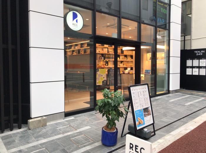 REC COFFEEとRETHINK CAFEのコラボ店舗である「レックコーヒー ミーツ リシンクカフェ 」。REC COFFEEは世界大会準優勝のバリスタが手がけていて、福岡では知られているコーヒー屋さん。ここに来れば、ワンランク上のスペシャリティコーヒーを味わうことができますよ◎