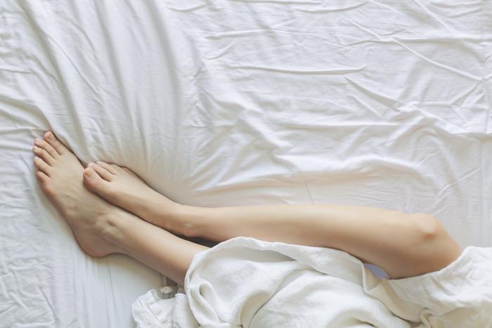 寝ている時は手足の筋肉を使いません。その間、筋肉は縮こまった状態です。人の平均的な睡眠時間で考えると、およそ7~8時間その状態が続くことになります。