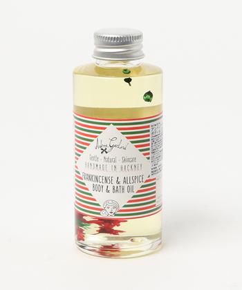 肌へと塗って使用するオイル美容以外にも湯船の中にオイルを入れてバスオイルとして使うオイル美容もあります。お肌のすみずみまでオイルが行き渡るため、普段保湿を忘れがちな箇所もしっとりと潤いのある肌へと導きます。