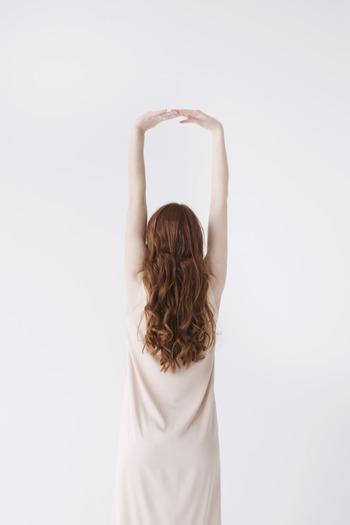 手を上げて行うオーソドックスな伸び。呼吸や肩甲骨の寄せ、伸ばしている部分を意識して行うことで、より効果的に身体を伸ばすことができます。